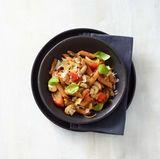 Rote-Linsen-Nudeln mit Tomaten, Pilzen und Basilikum