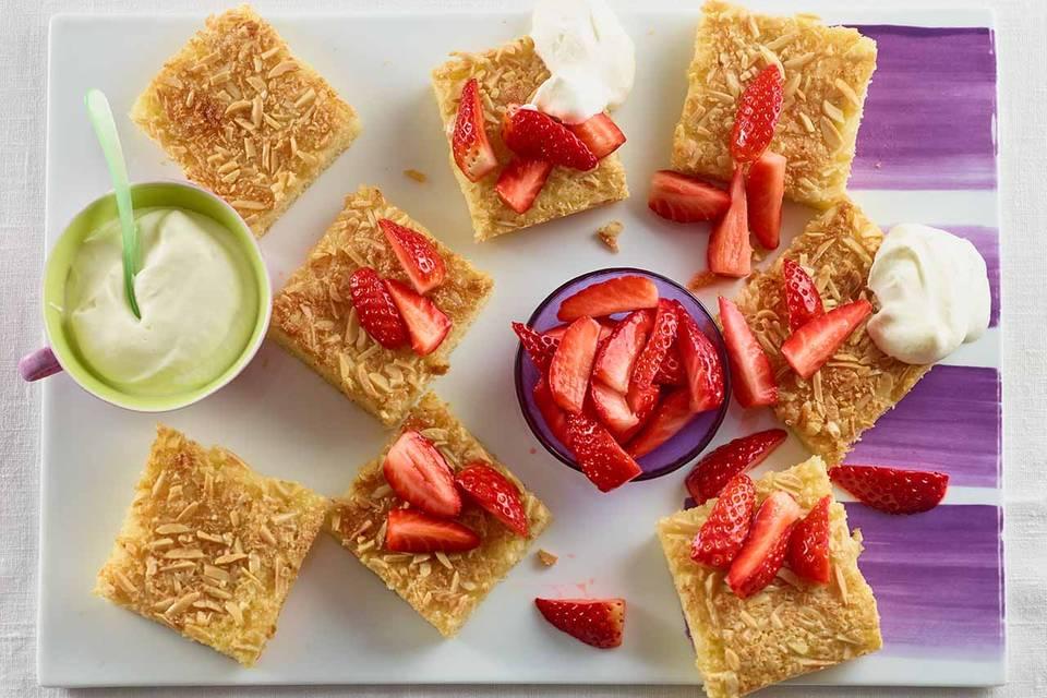 Buttermilch-Blechkuchen mit Erdbeeren Rezept
