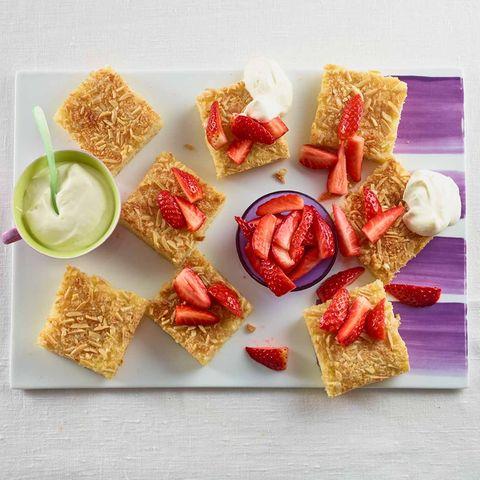 Buttermilch-Blechkuchen mit Erdbeeren und Kokos