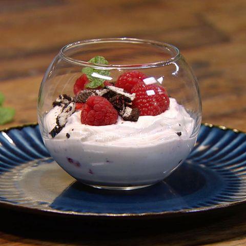 Himbeer-Vanille-Joghurt mit Keks-Crunch: Rezept aus der Kochshow essen & trinken Für jeden Tag
