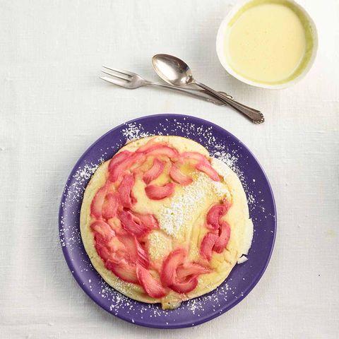 Rhabarber-Pfannkuchen mit Puderzucker und Vanillesauce
