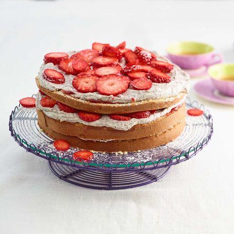 Erdbeer-Mascarpone-Torte auf Tortenplatte