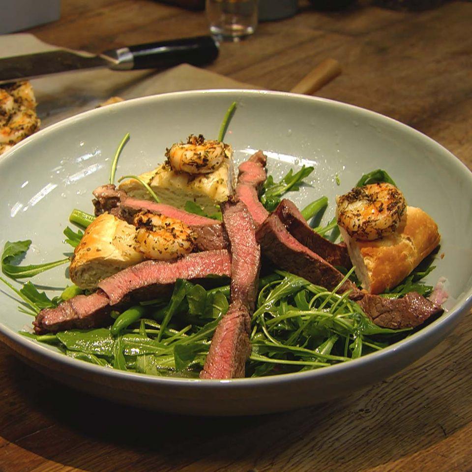 Steak mit Bohnen-Rauke-Salat und Garnelen-Focaccia: Rezept aus der Kochshow essen & trinken Für jeden Tag