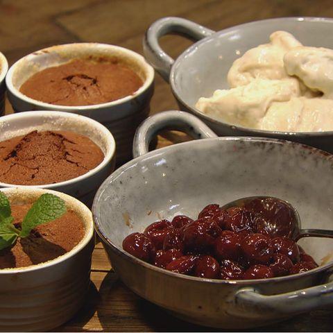 Warmes Schoko-Küchlein mit Kirschen und Bananen-Kokos-Eis: Rezept aus der Kochshow essen & trinken Für jeden Tag