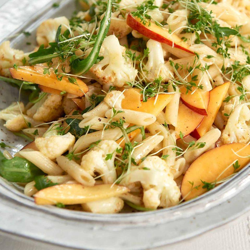 Blumenkohl-Nudel-Salat mit Nektarine und Rauke