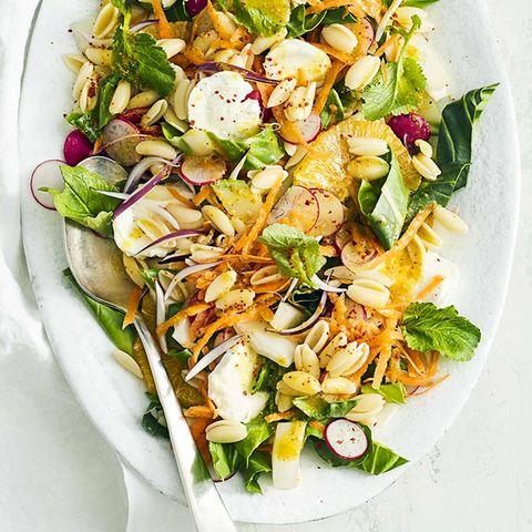 Mangold-Nudel-Salat mit Kurkuma-Dressing