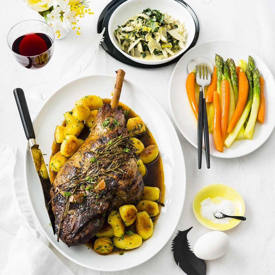 Lammkeule mit Röstkartoffeln, Möhren und Spargel
