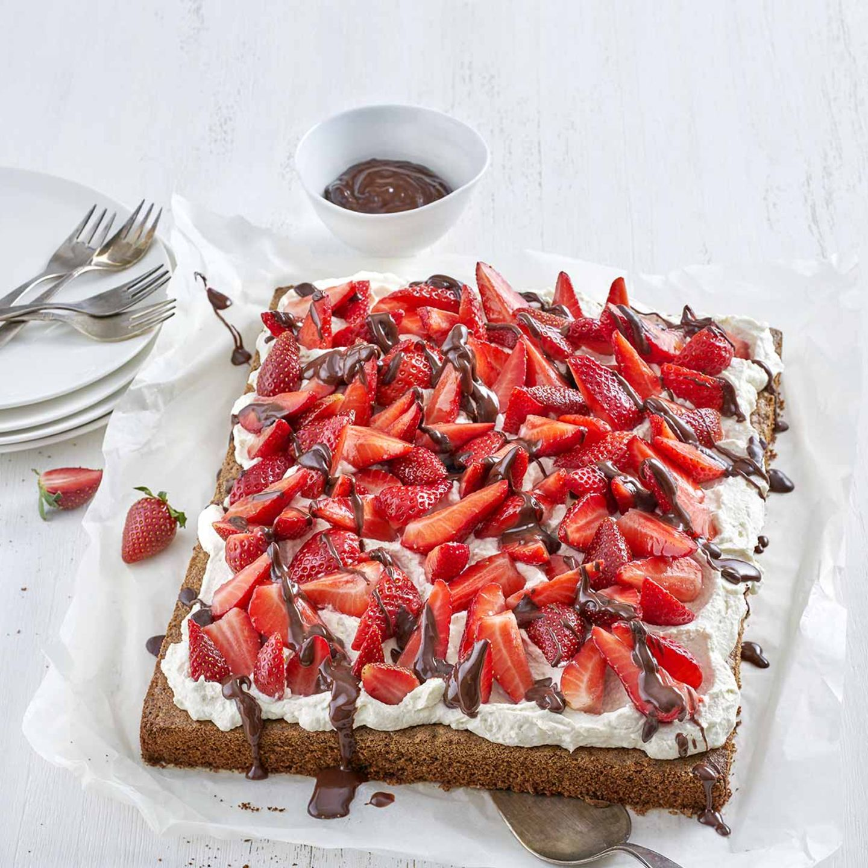 Erdbeer-Mandeltorte mit Schokosauce