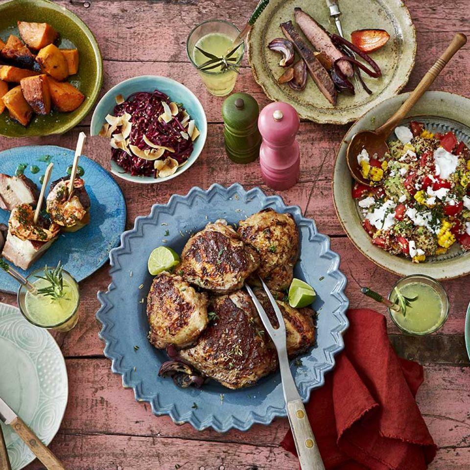 Grillbuffet mit Hähnchen, Quinoa-Salat, Süßkartoffeln, Steak und Zitronen
