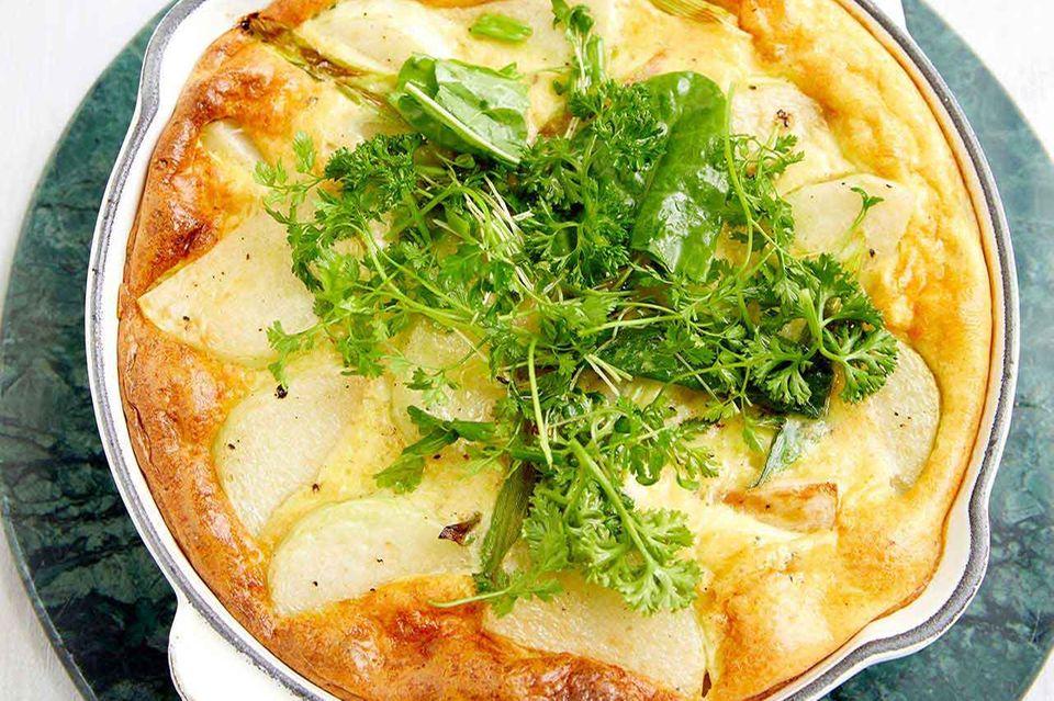 Kohlrabi-Frittata mit Kräutersalat