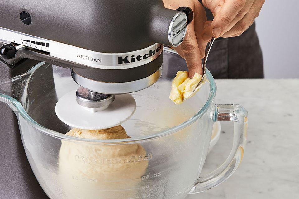 Butter in Stückchen zum Teig geben