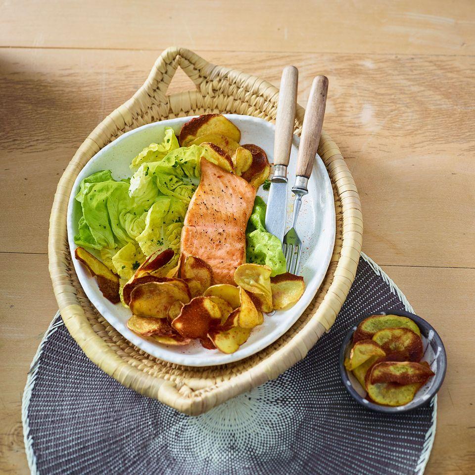 Lachs mit Salat und Chips