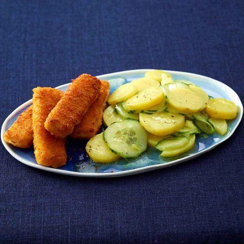 Kartoffel-Gurken-Salat mit Fischstäbchen