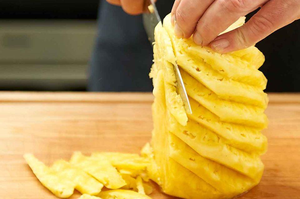 Ananasfruchtfleisch schneiden