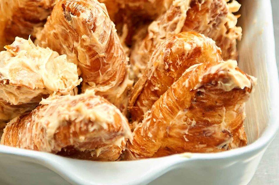 Buttrige Croissant-Hälften in Auflaufform