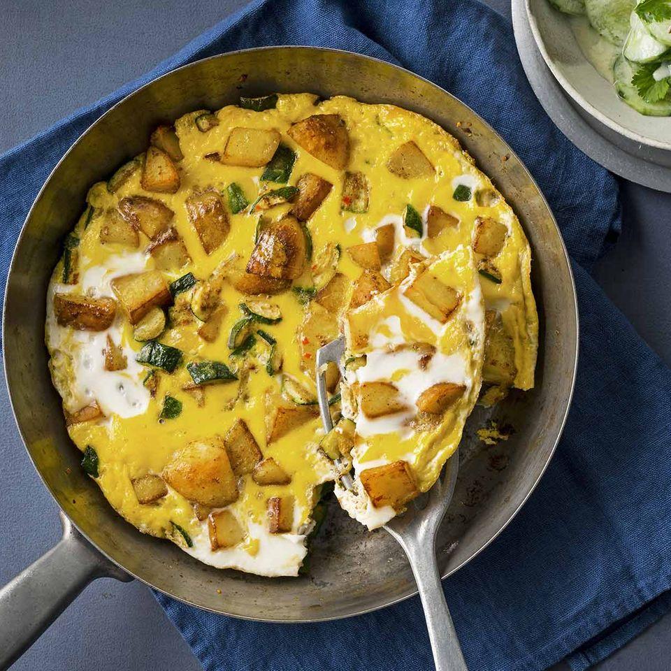 Kartoffel-Zucchini-Frittata mit Gurken-Joghurt-Salat