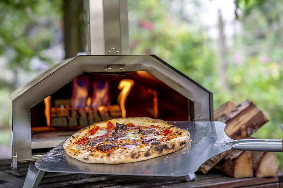 Pizza aus dem ooni Pizzaofen im Garten
