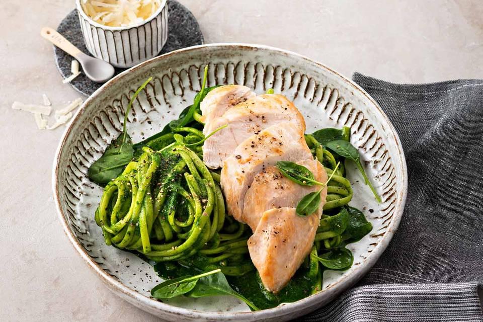 Linguine mit Spinat-Carbonara und Hähnchenbrust Rezept