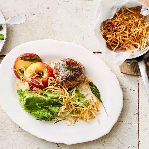 Grünes Kartoffelpüree mit Frikadellen, Bratapfel und Kartoffelstroh