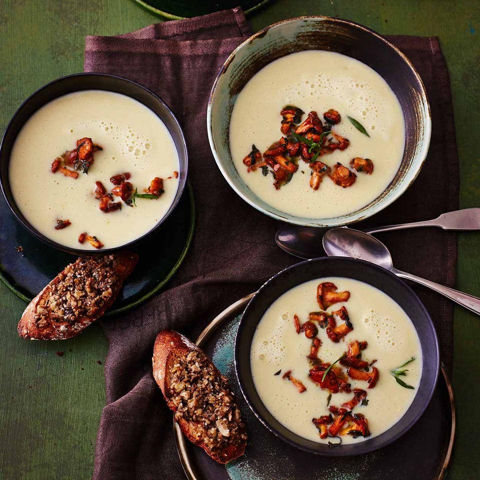 Kartoffel-Lauch-Suppe mit Pfifferlingen und Champignon-Crostini