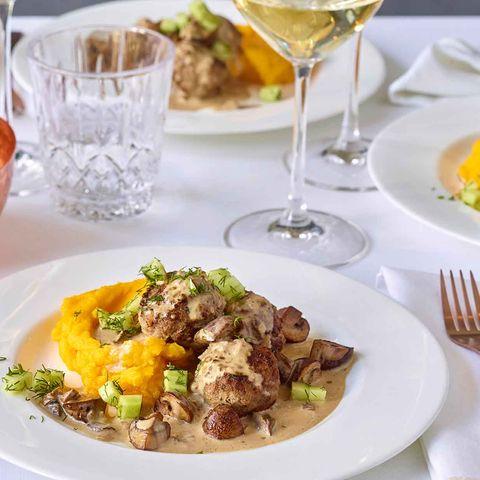 Bulettten-Pilz-Topf mit Kartoffel-Kürbis-Stampf