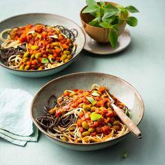 Schwarze-Bohnen-Spaghetti mit Tomaten-Miso-Sauce