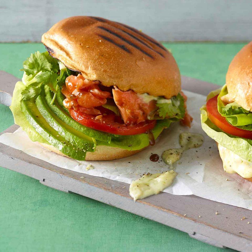 Lachs-Burger mit Teriyaki-Sauce