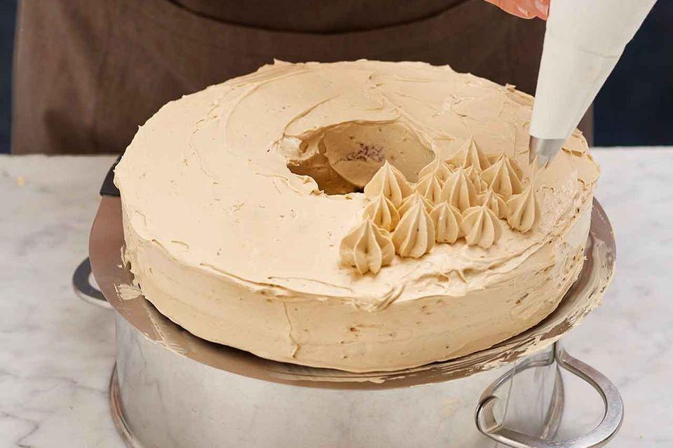 Buttercreme Tuffs auf Kuchen spritzen