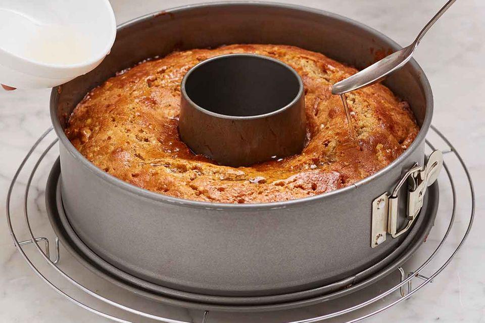 Kuchen mit Sirup beträufeln