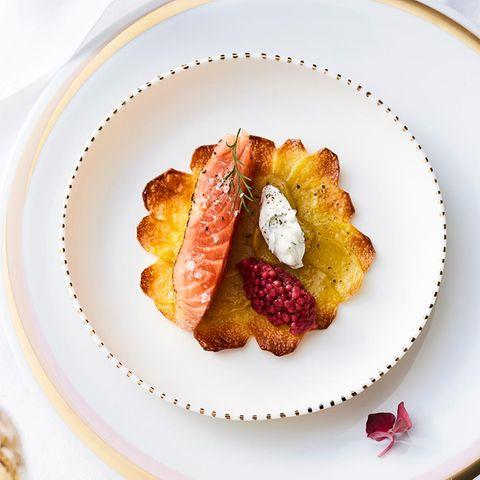 Kartoffelrosetten mit gebeiztem Lachs und falschem Kaviar