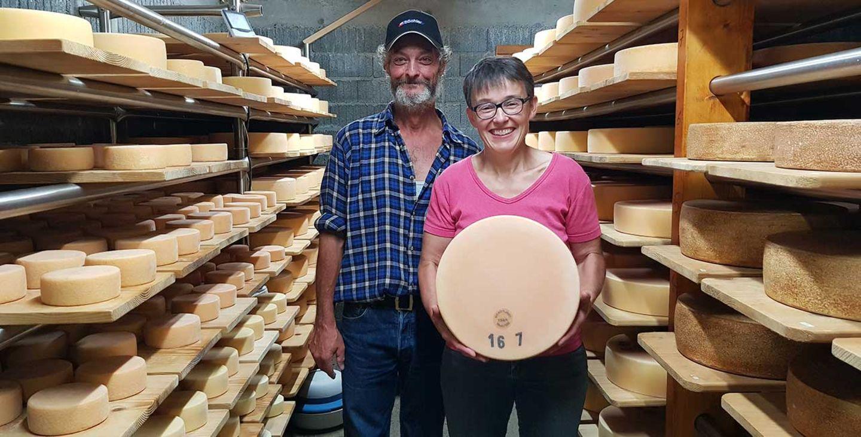 Rosemarie und Edy Hurschler von der Alp Hüttismatt in ihrem Käsekeller
