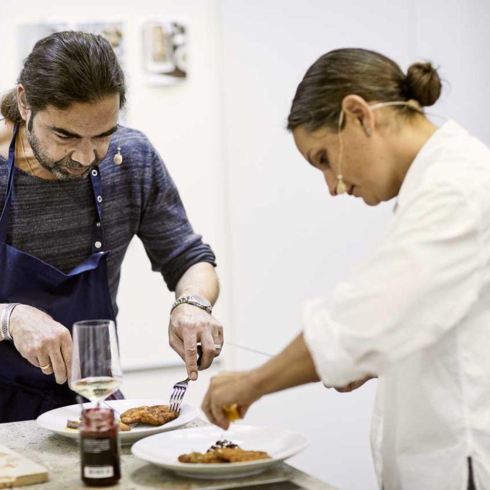 Achim Ellmer und Nadine Uhe probieren Wiener Schnitzel in der Küche