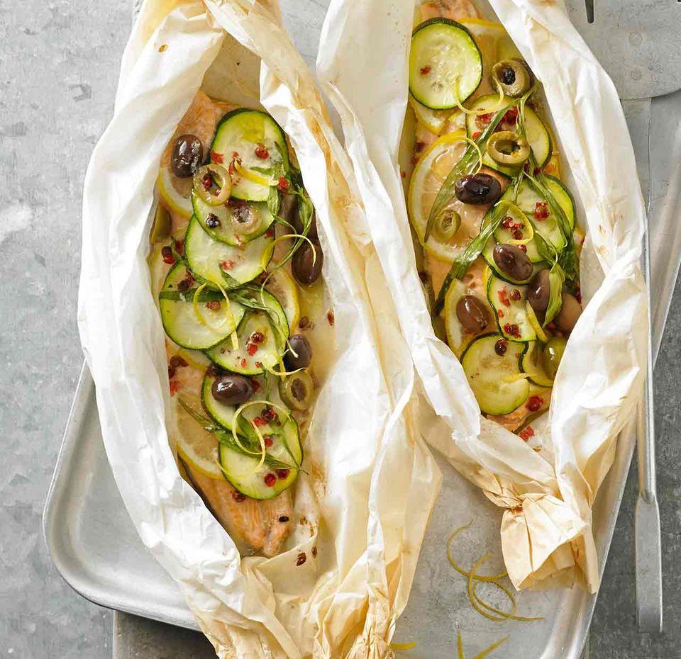 Fischpäckchen mit Lachs und Zucchini
