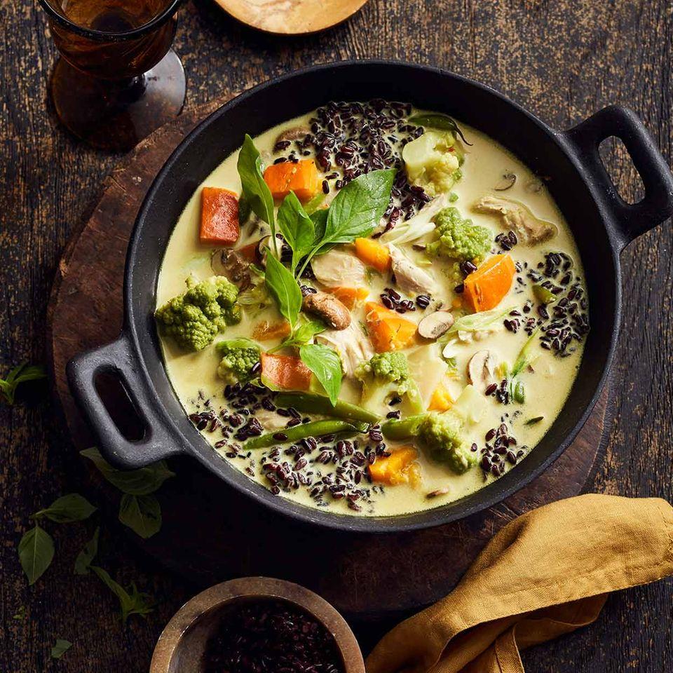 Curry-Eintopf mit Huhn im Topf