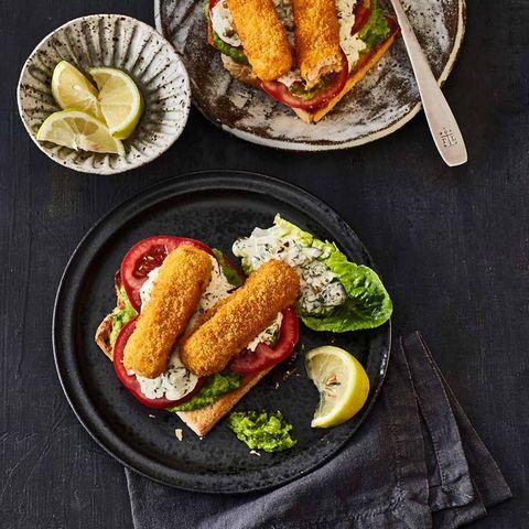 Britischer Fischstäbchen-Toast mit Erbsencreme, Tomatenscheiben, Tatarsauce und Fischstäbchen, Dazu Salat