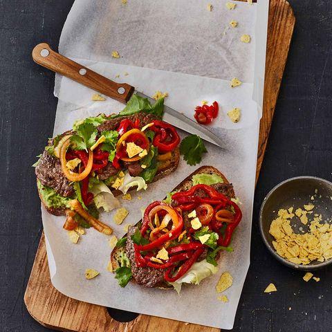 Mexikanische Steak-Stulle mit Avocadocreme, Salat, Paprika und Tortilla Chips