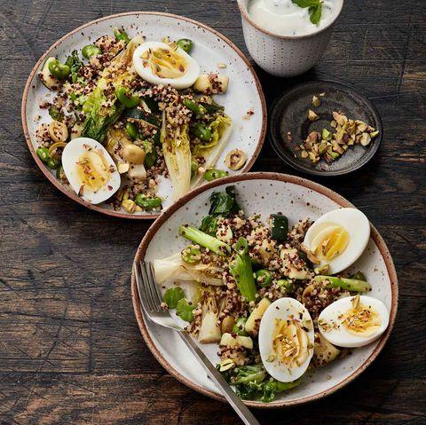 Quinoa-Salat mit Pistazien, festgekochten Eiern, Salat, Bohnen und Frühlingszwiebeln