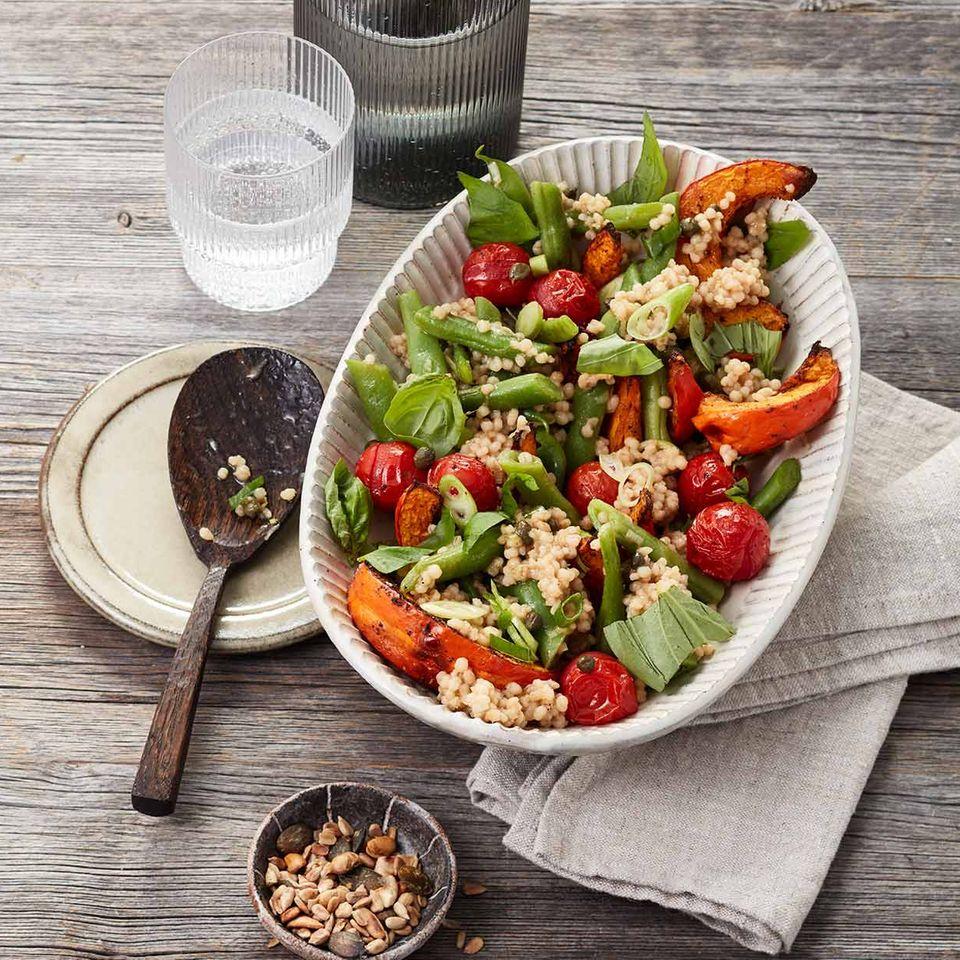 Graupensalat mit Kürbis, Bohnen und Tomaten in einer Salatschüssel