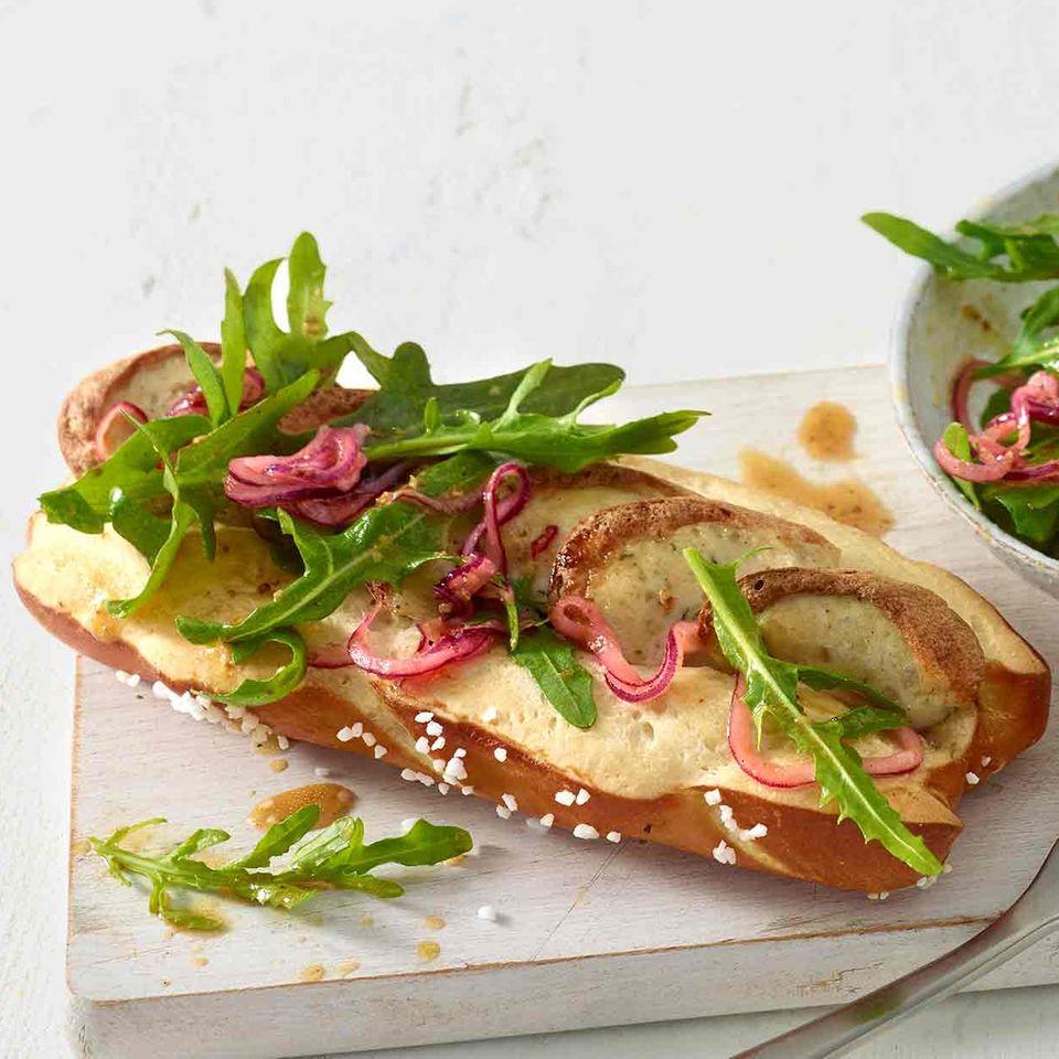 Weißwurst-Hotdog in der Laugenstange mit Ruccula