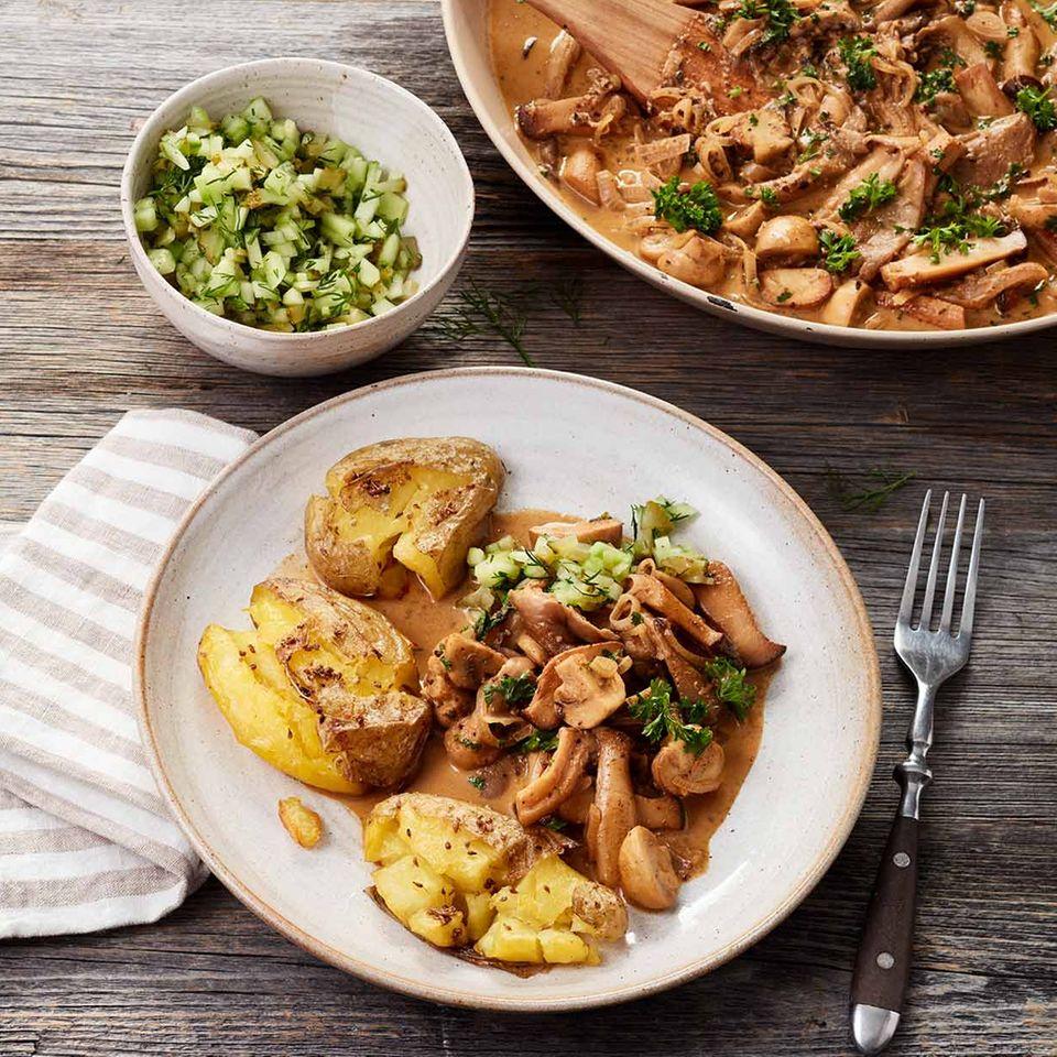 Pilzpfanne Stroganoff mit Gurken-Häckerle und zerdrückten Kartoffeln
