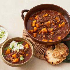 Curry-Hack-Topf mit Gurken-Joghurt und Koriander