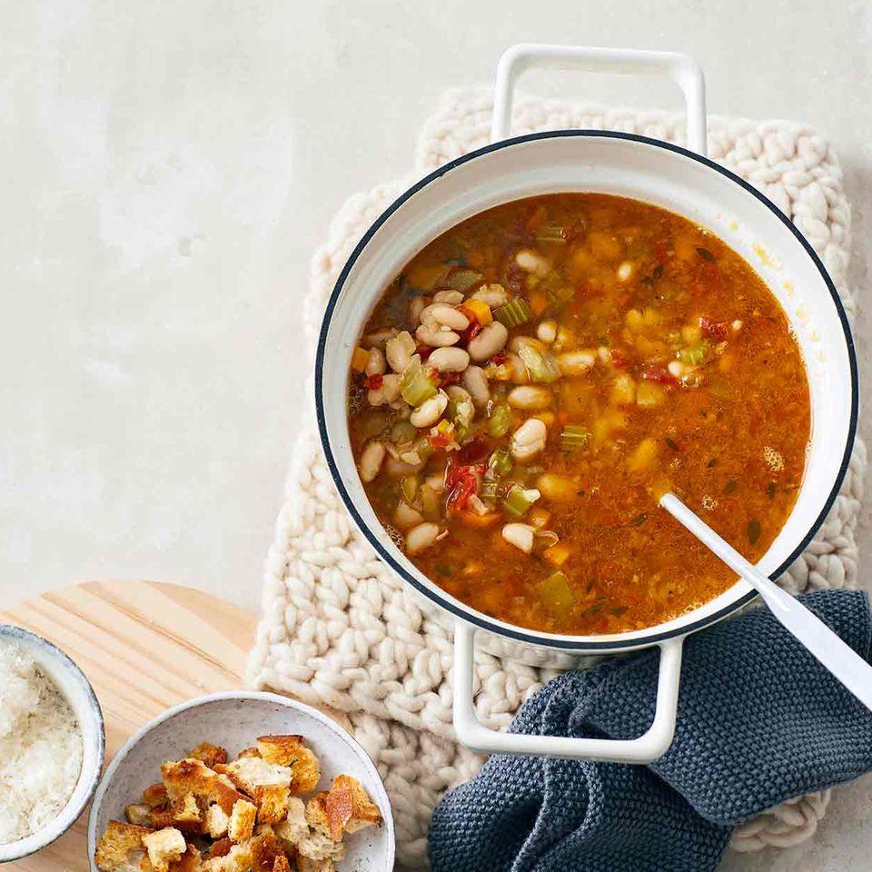Ribollita mit Thymian-Knoblauch-Croûtons und geriebener Parmesan