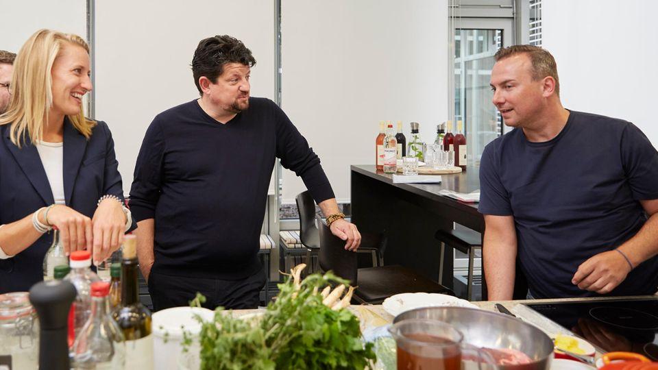 Christina Hollstein, Jan Spielhagen und Tim Raue in der essen&trinken Küche