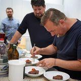 Tim Raue richtet sein Essen in der essen&trinken Küche an