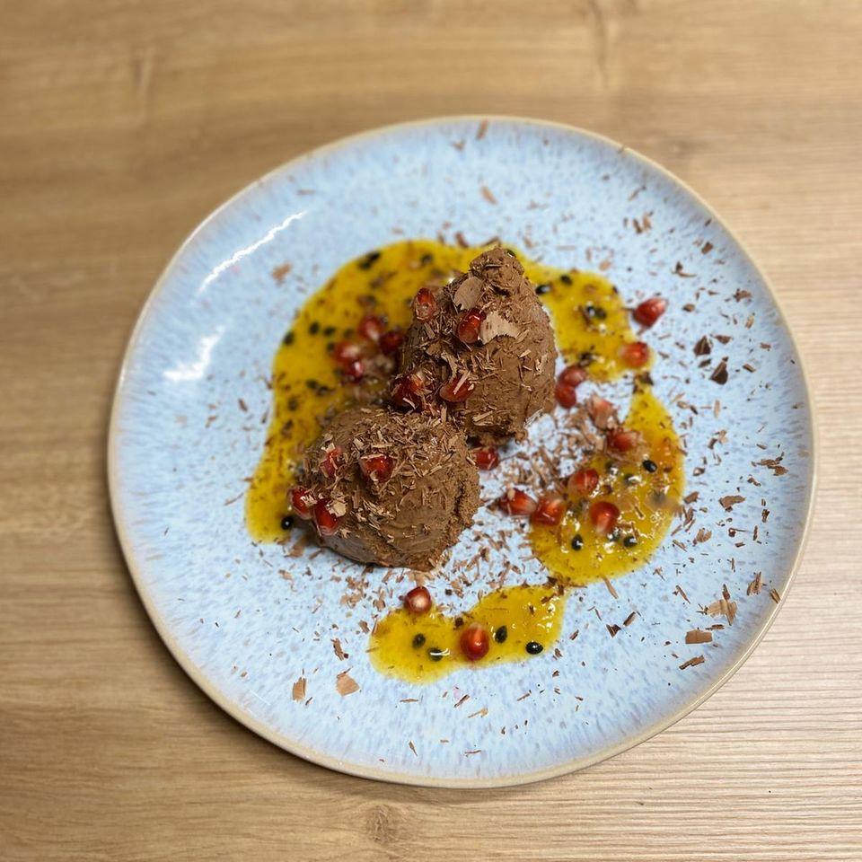 Mousse au chocolat mit Granatapfelkernen und Passionsfrucht
