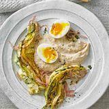 Spitzkohl mit Bohnenpüree und gekochtem Ei