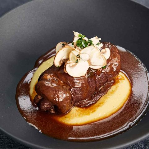 Klassische Rinderroulade auf Rotweinsauce mit Champignons