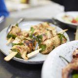 Fleischspieße auf dem Teller in der essen & trinken Küche