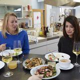 Linda Zervakis mit Christina Hollstein in der essen & trinken Küche für den Podcast Quatschen mit Sauce