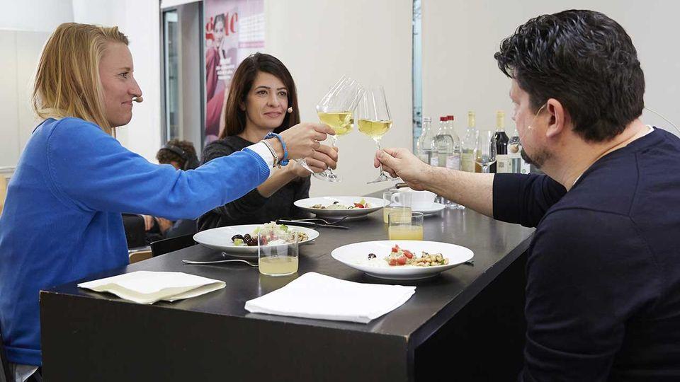 Linda Zervakis, Christina Hollstein und Jan Spielhagen stoßen in der essen & trinken Küche an